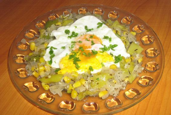 Яйце върху канапе от задушени зеленчуци