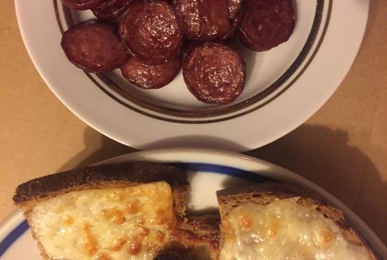 Сандвич с кашкавал и печен салам