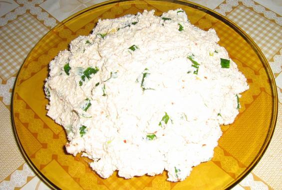 Извара със зелени перца, олио и червен пипер