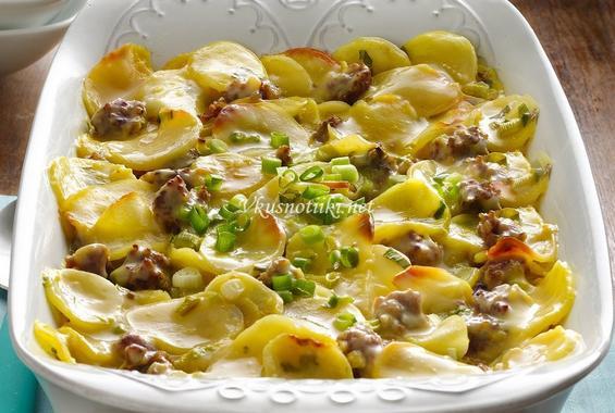 Месо с картофи и чубрица в гювеч или огнеопорно стъкло
