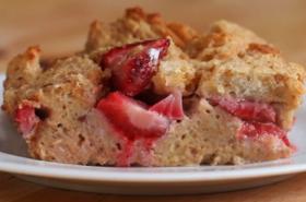 Лесен хлебен пудинг с ягоди и френски крем