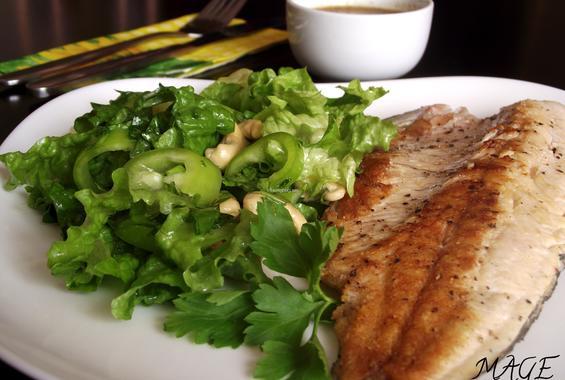 Филе от пъстърва със зелена салата и кашу