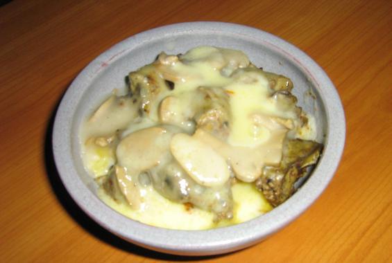 Гювече с пилешки дробчета, картофи, гъби и кашкавал