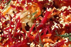 Пъстра салата от моркови, зеле, червено цвекло и ряпа