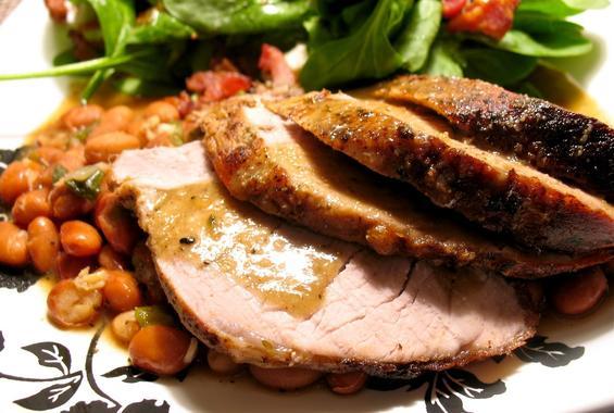 Свинско със салата от черен боб