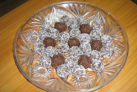 Бисквитени топчета в кокосови стърготини и шоколадови пръчици