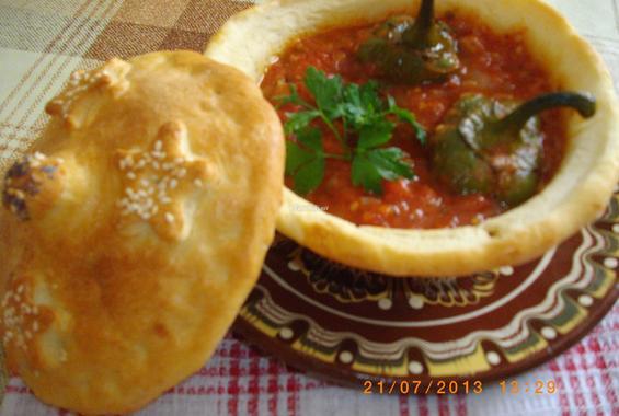 Тестени гювечета с чушки в доматен сос