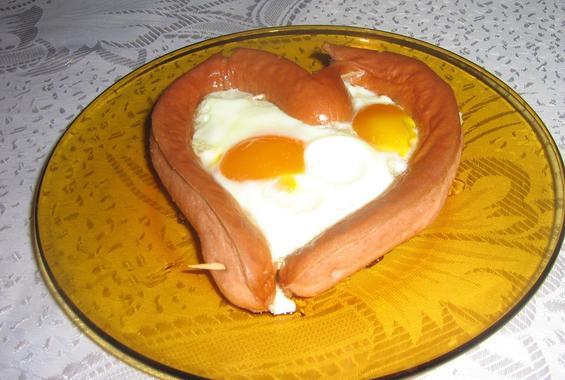 Сърце от кренвирш с яйце