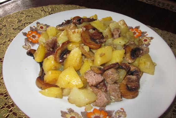 Свинско месо с картофи и гъби